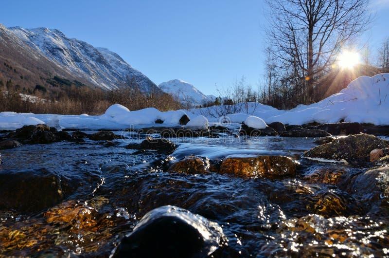 Crique en hiver images stock