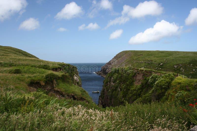 Crique minuscule et protectrice abritant un bateau de pêche, péninsule de Dingle photographie stock