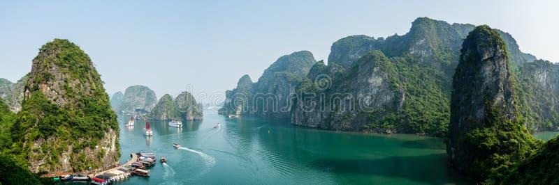 Crique occupée près de Sung Sot Cave dans la baie de Halong image libre de droits