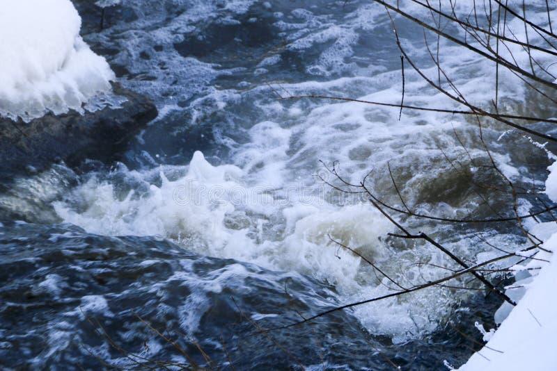 Crique orageuse vague et mousse dans l'écoulement éclabousse, des bulles, des vagues, courant, des ondulations et des crêtes des  image libre de droits