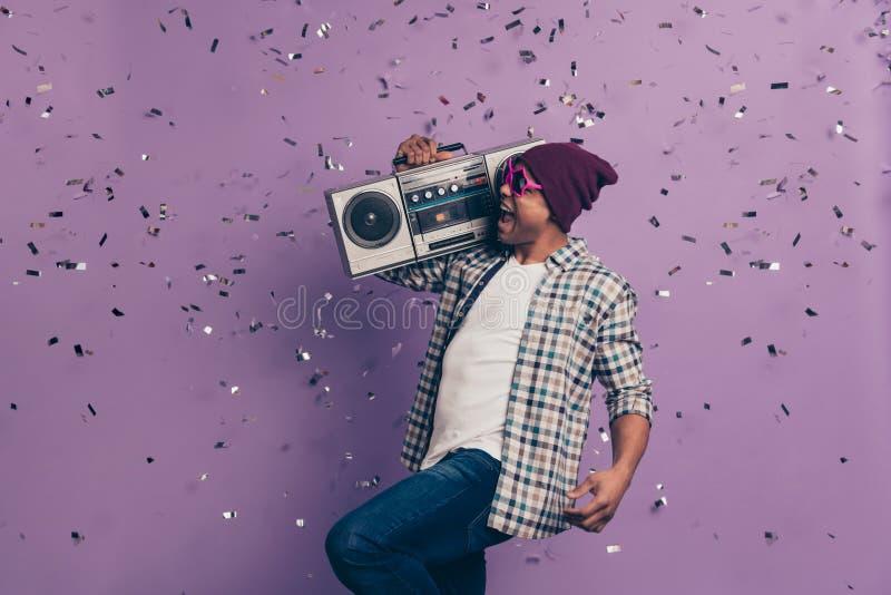 Cris criards insouciants avec la voix bruyante chantant à chanson du DJ l'étudiant sain millénaire dans le butin frais moderne photographie stock