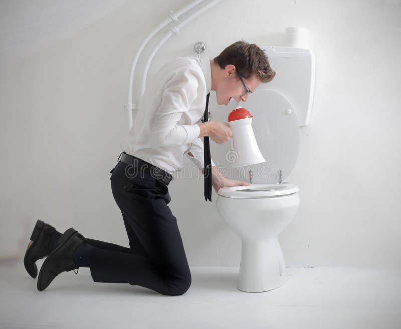 Cris dans la toilette photo libre de droits