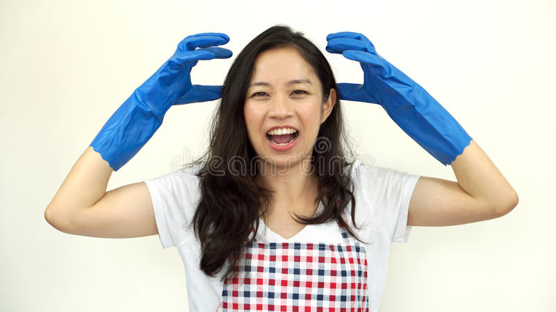 Cris et effort asiatiques de femme de faire des corvées des travaux domestiques images libres de droits