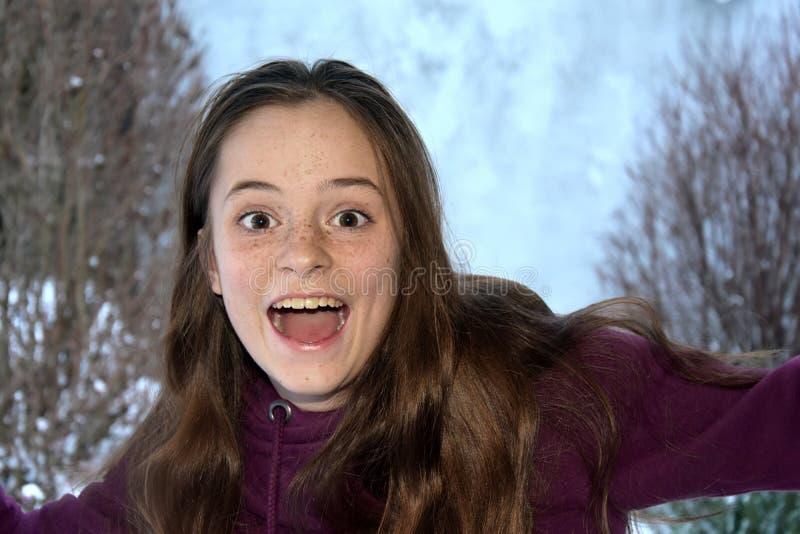 Cris perçants mignons d'adolescente avec joie photo libre de droits