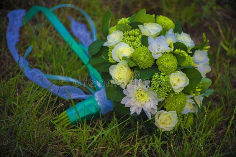 Crisantemi bianchi ed altri fiori in un mazzo della sposa immagini stock