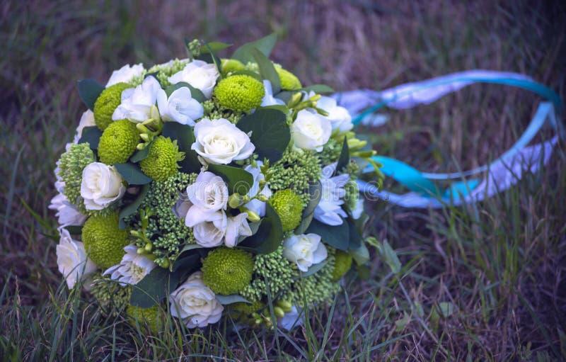 Crisantemi e rose bianchi in un mazzo della sposa fotografia stock