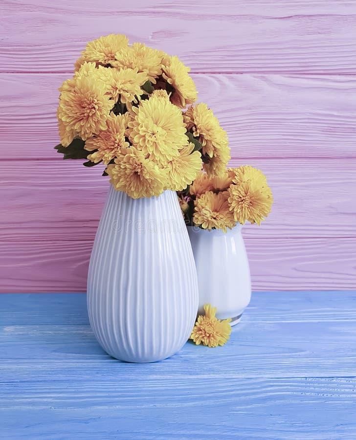 crisantemo en un fondo de madera, flor del amarillo del ramo del florero del otoño fotos de archivo libres de regalías