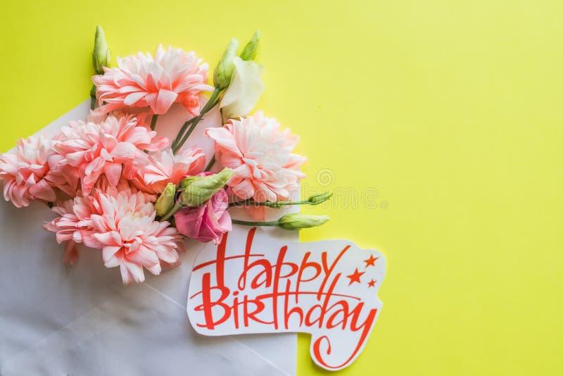 Crisantemos rosados suaves y cartel del feliz cumpleaños Flores hermosas Tarjeta con el ramo de la primavera Tarjeta del feliz cu fotografía de archivo