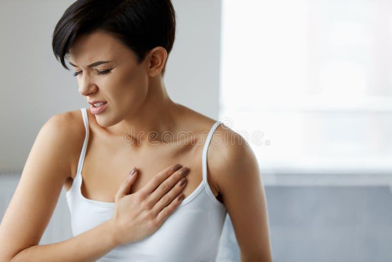 Crise cardiaque Belle douleur de sentiment de femme dans des soins de santé de coffre image libre de droits