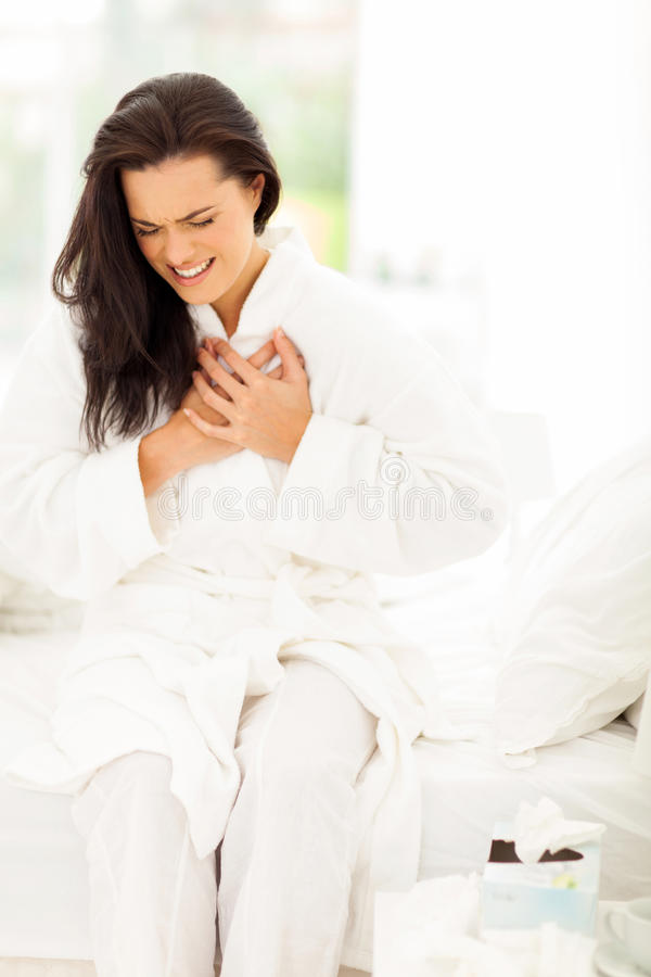 Crise cardiaque de femme photographie stock libre de droits