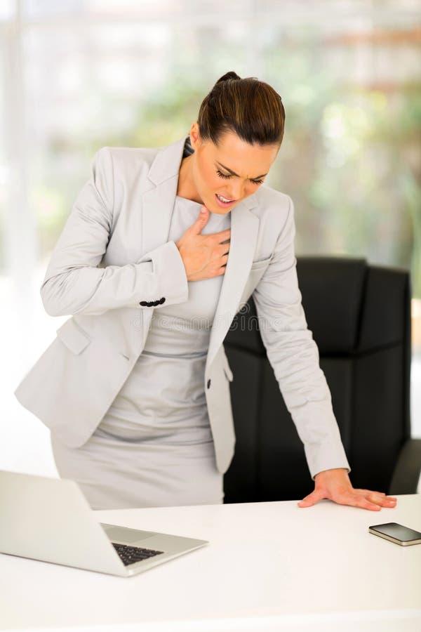 Crise cardiaque de femme d'affaires photographie stock