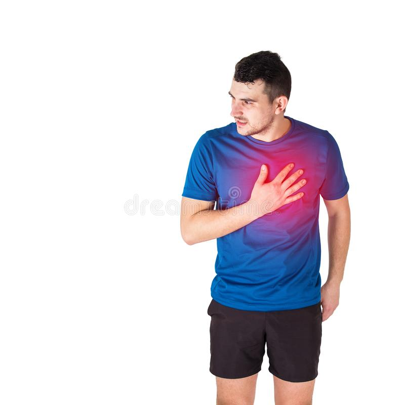 Crise cardiaque ou douleur thoracique se sentante d'athlète d'isolement au-dessus du fond blanc images libres de droits