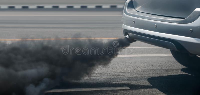 Crise de pollution atmosphérique dans la ville du pot d'échappement de véhicule diesel sur la route image libre de droits