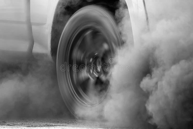 Crise de pollution atmosph?rique dans la ville du pot d'?chappement de v?hicule diesel photo libre de droits