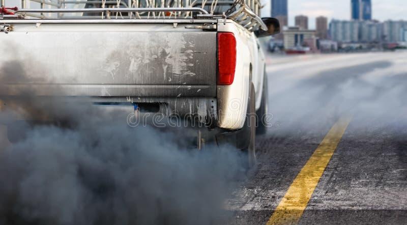 Crise de pollution atmosph?rique dans la ville du pot d'?chappement de v?hicule diesel sur la route image libre de droits