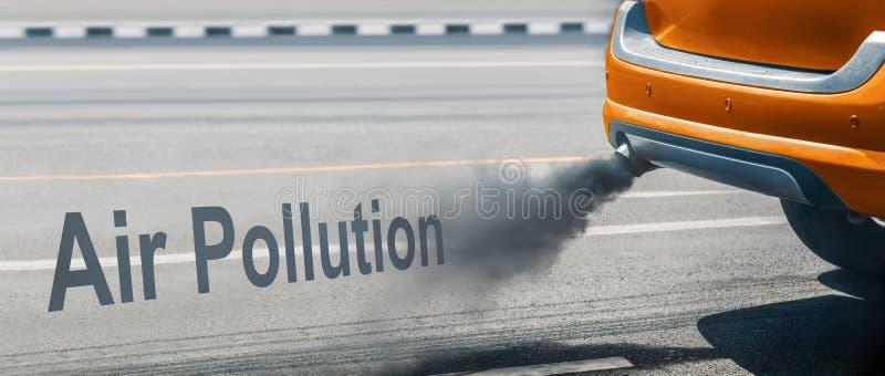 Crise de pollution atmosph?rique dans la ville du pot d'?chappement de v?hicule diesel sur la route photos libres de droits