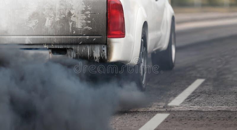 Crisis de la contaminaci?n atmosf?rica en ciudad del tubo de escape del veh?culo diesel fotos de archivo libres de regalías