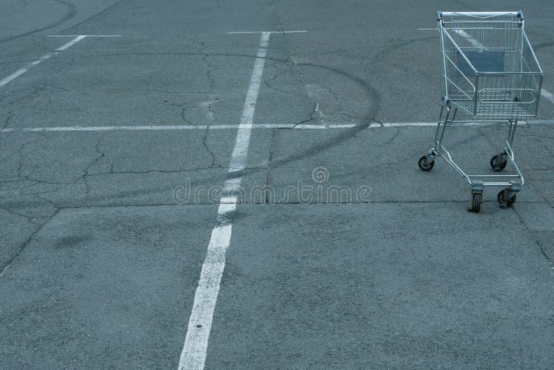 Crisis del consumidor ida salvaje cesta vacía del carro de la compra imagen de archivo libre de regalías