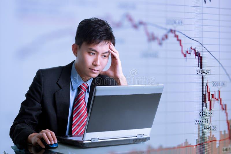 Crisis financiera - hombre de negocios asiático imagenes de archivo