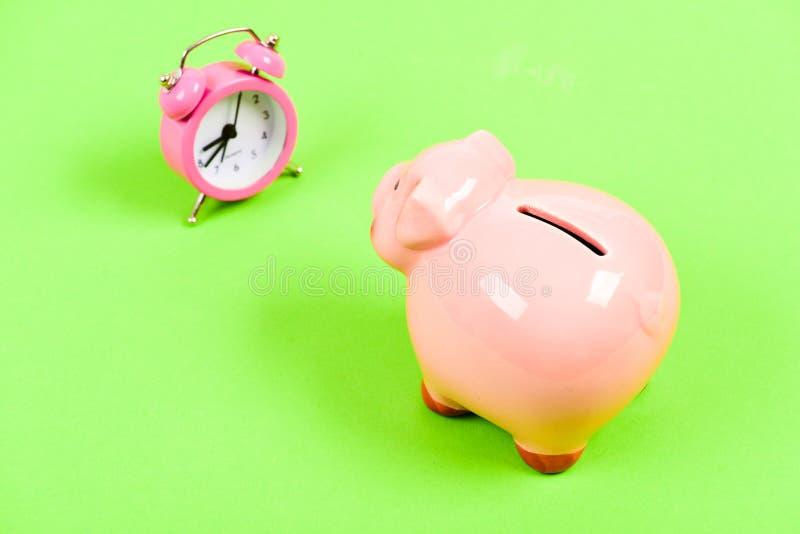 Crisitijd Pensionering Familiebegroting succes in financiën en handel Spaarvarken met wekker moneybox Zaken royalty-vrije stock fotografie