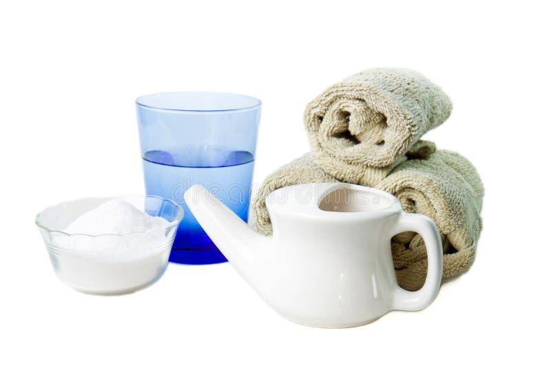 Crisol de Neti con agua, la sal y las toallas fotos de archivo