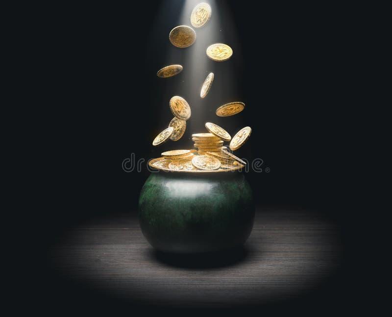 Crisol por completo de monedas de oro fotografía de archivo libre de regalías