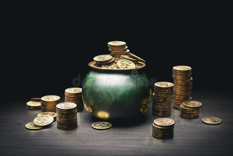 Crisol por completo de monedas de oro foto de archivo