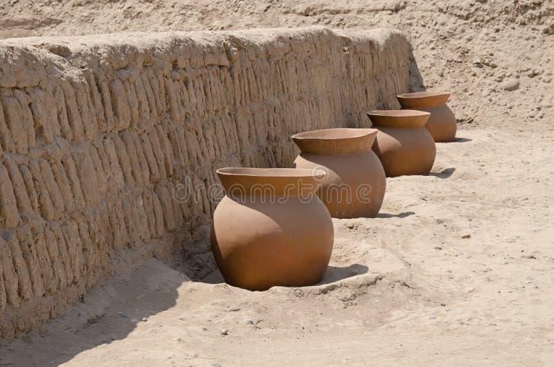 Crisoles de arcilla adentro en Huaca Pucllana, Lima, Perú imagenes de archivo