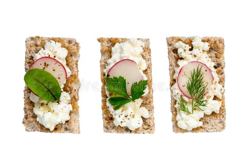 Crispbread różnica z chałupa sera ziele i rzodkwiami obraz stock