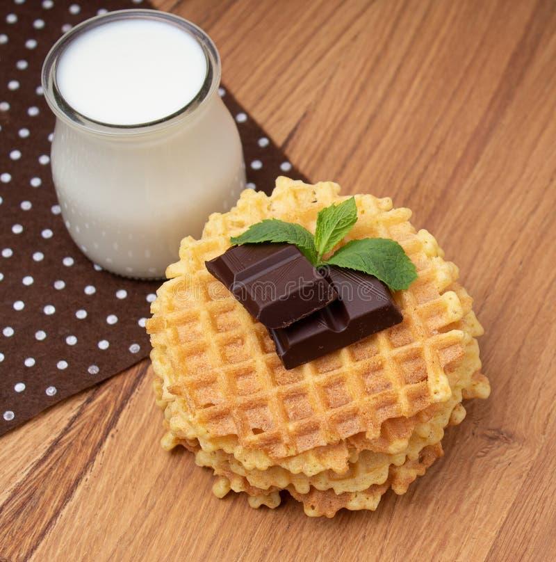 Crispy Belgijscy gofry z czekoladowymi układami scalonymi fotografia royalty free