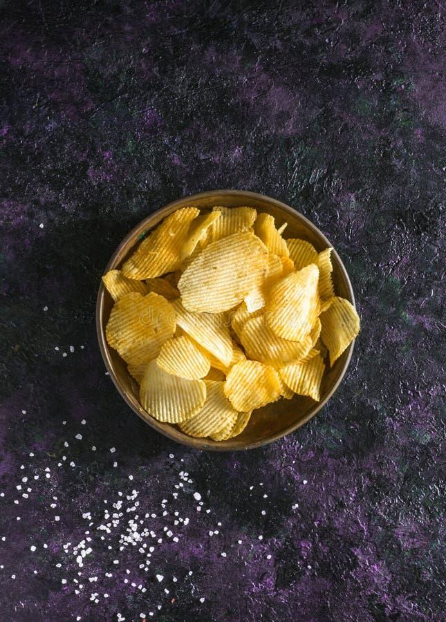 Crispy frytki w łozinowym pucharze na starym kuchennym stole zdjęcie stock