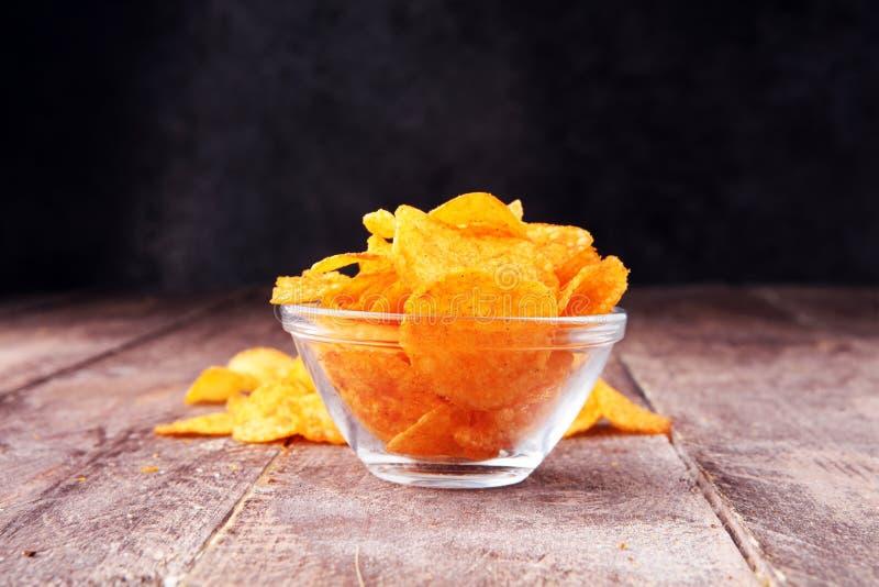 Crispy frytki w pucharze Smakowici papryka układy scaleni obraz stock