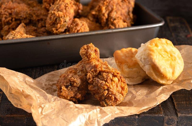 Crispy kurczaków Drumsticks z maślanek ciastkami na Nieociosanym Drewnianym stole obraz royalty free