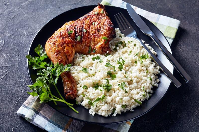 Crispy piec na grillu kurczak nogi ?wiartka, odg?rny widok zdjęcie stock