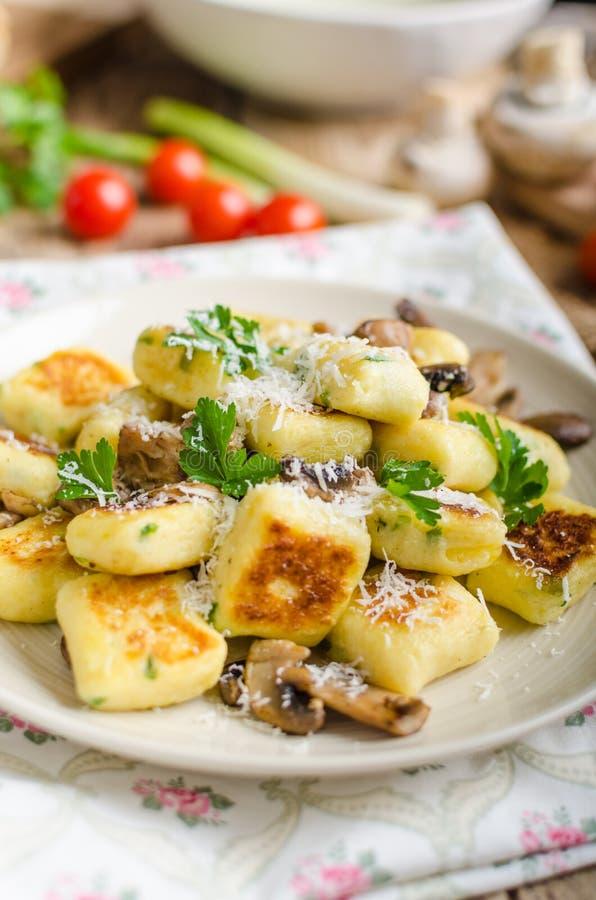 Crispy smażący gnocchi fotografia stock