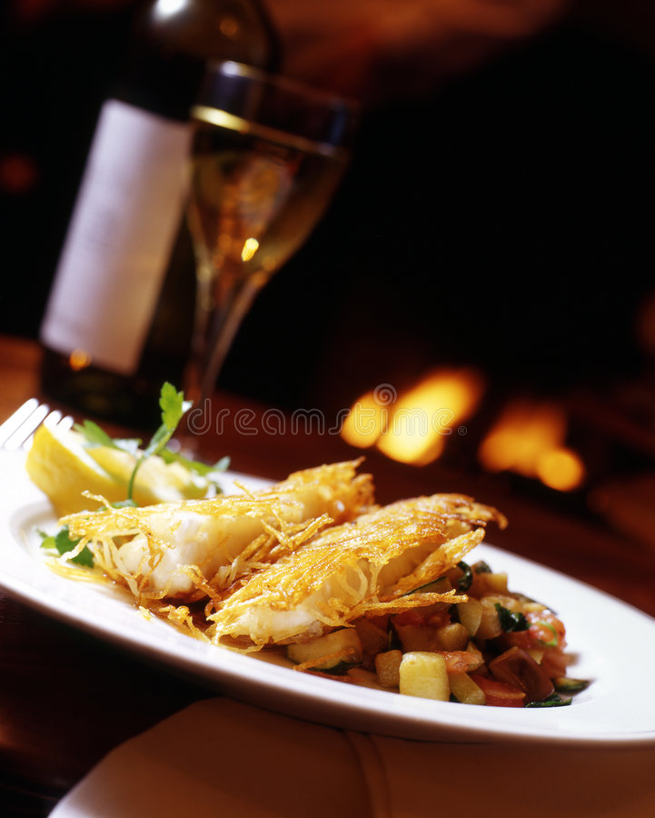 Crispy torsk med potatisrosti arkivfoton