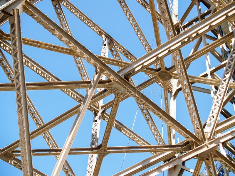 Criss-cross dell'inquadratura dell'acciaio per costruzioni edili immagini stock