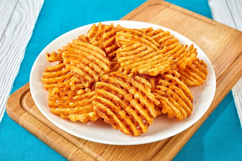 Criss Cross Fries su un bordo immagine stock