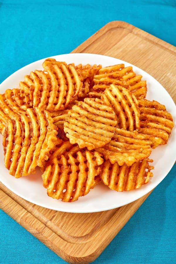 Criss Cross Fries su un piatto bianco immagine stock