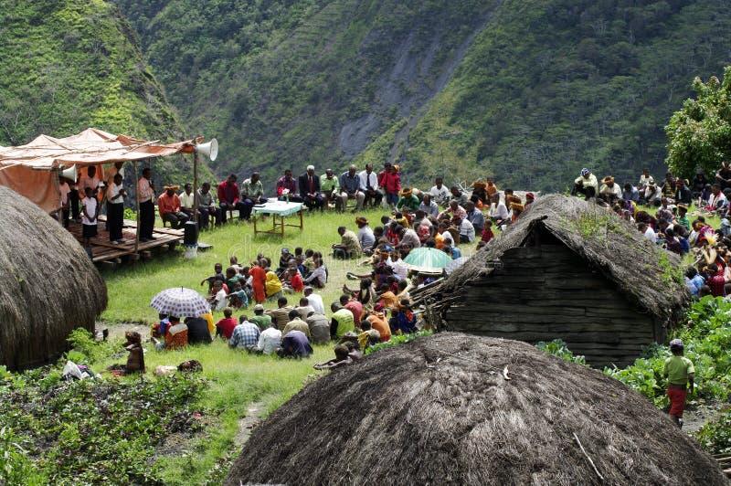 Cristão que prega na vila do Papuan imagem de stock