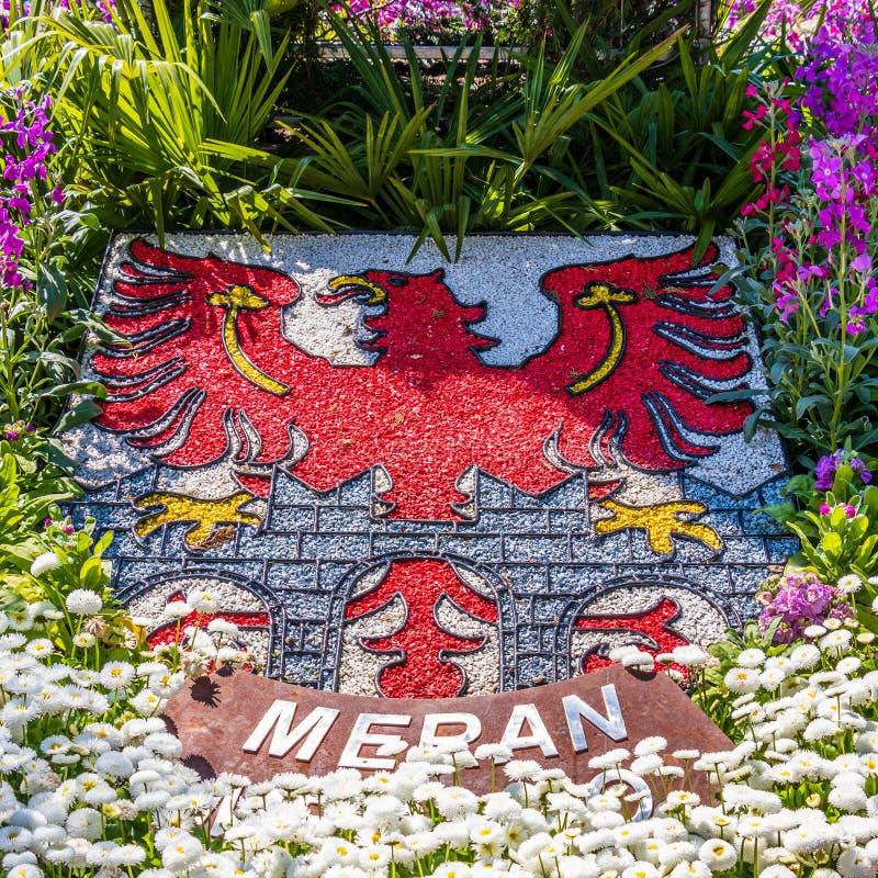Crista natural, emblema, bandeira da cidade Meran no canteiro de flores e vegetação Merano Prov?ncia Bolzano, Tirol sul, It?lia e foto de stock royalty free