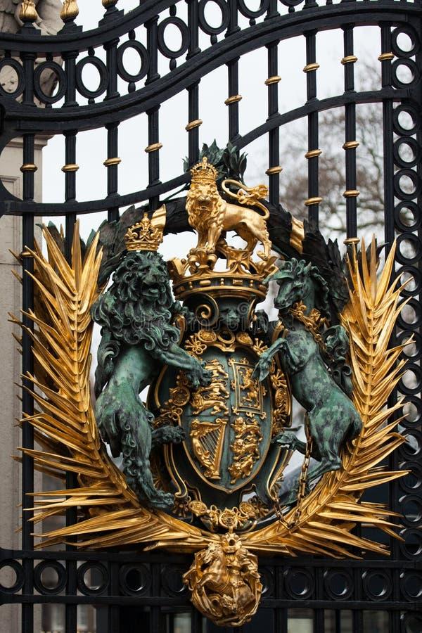 Crista real na porta do Buckingham Palace em Londres imagem de stock