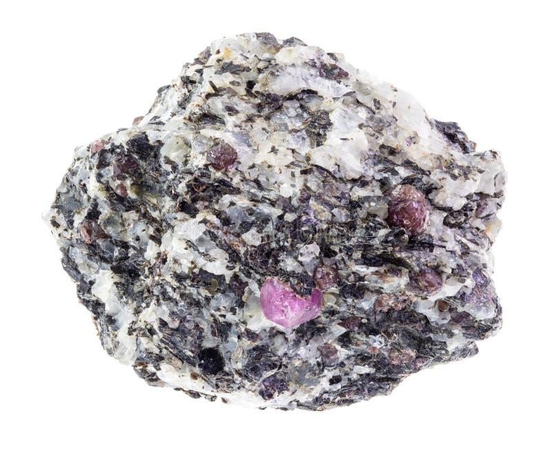 cristais do corindo na pedra áspera do gneisse no branco fotos de stock
