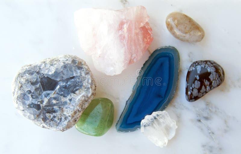 Cristais e pedras preciosas no fundo de mármore foto de stock royalty free