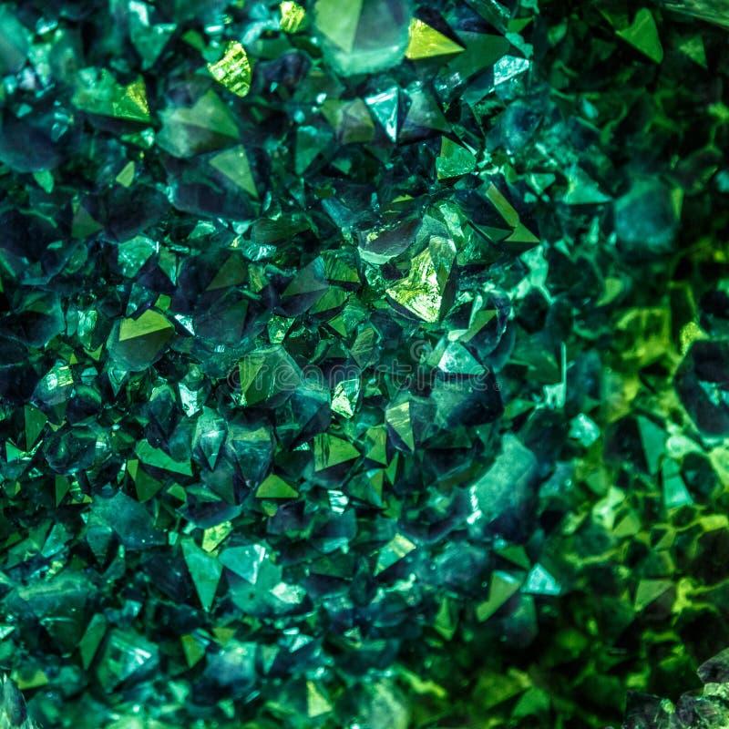 Cristais verdes da esmeralda, da safira ou da turmalina gems Cristais minerais no ambiente natural Pedra de precioso foto de stock royalty free