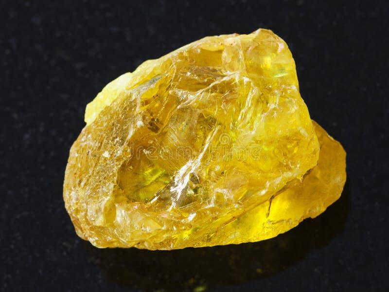 cristal áspero de la piedra del azufre en fondo oscuro fotografía de archivo libre de regalías