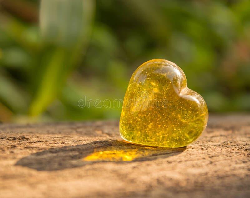 Cristal amarelo dado forma coração. imagem de stock