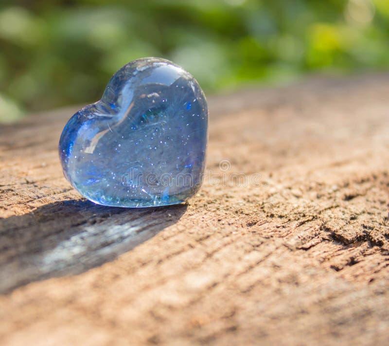 Cristal azul dado forma coração. foto de stock royalty free