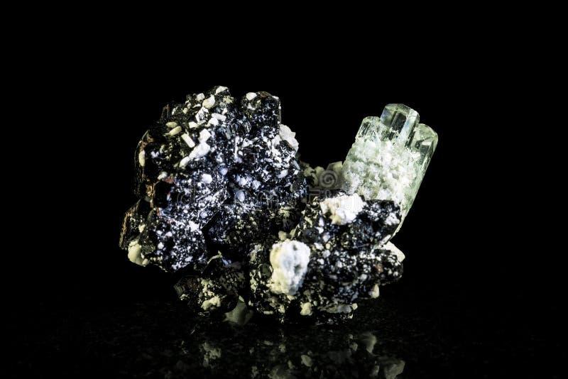 Cristal bleu vert et schorl, fond noir photographie stock