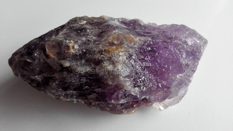 Cristal cru da pedra de gema da ametista fotografia de stock